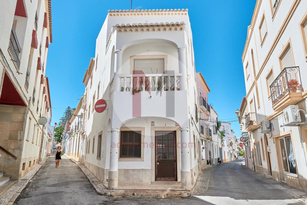 Die Hafenstadt Lagos an der Algarve in Portugal