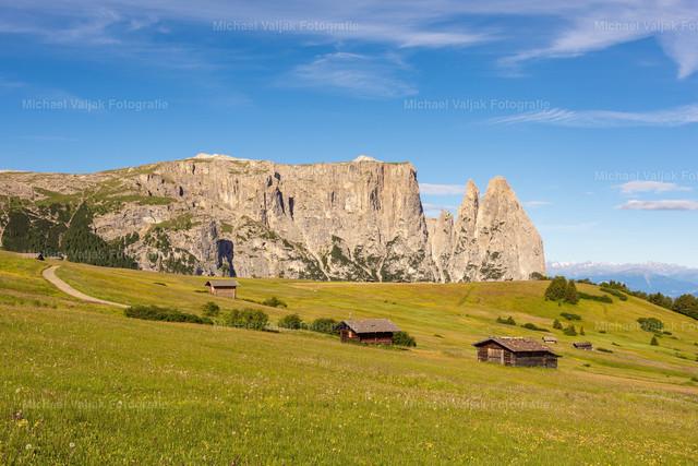 Schlern in Südtirol II   Blick über die saftigen Sommerwiesen der Seiser Alm in Richtung Schlern mit der vorgelagerten Santnerspitze. Der Schlern ist das Wahrzeichen von Südtirol.