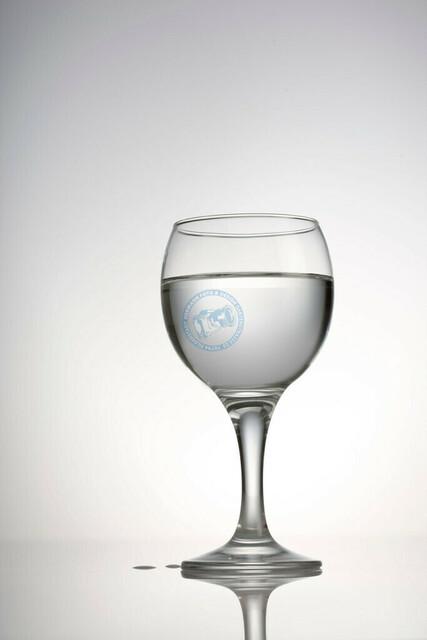 Wasserglas Freisteller | DEU, Deutschland, Filderstadt, 24.02.2009, Sachaufnahme befuelltes Wasserglas auf weissem spiegelndem Untergrund [© 2009 Christoph Hermann, Bild-Kunst Urheber 707707, Karlstrasse 94, 70794 Filderstadt, 0711/6365685;   www.hermann-foto-design.de ; Contact: E-Mail ch@hermann-foto-design.de, fon: +49 711 636 56 85,  ]