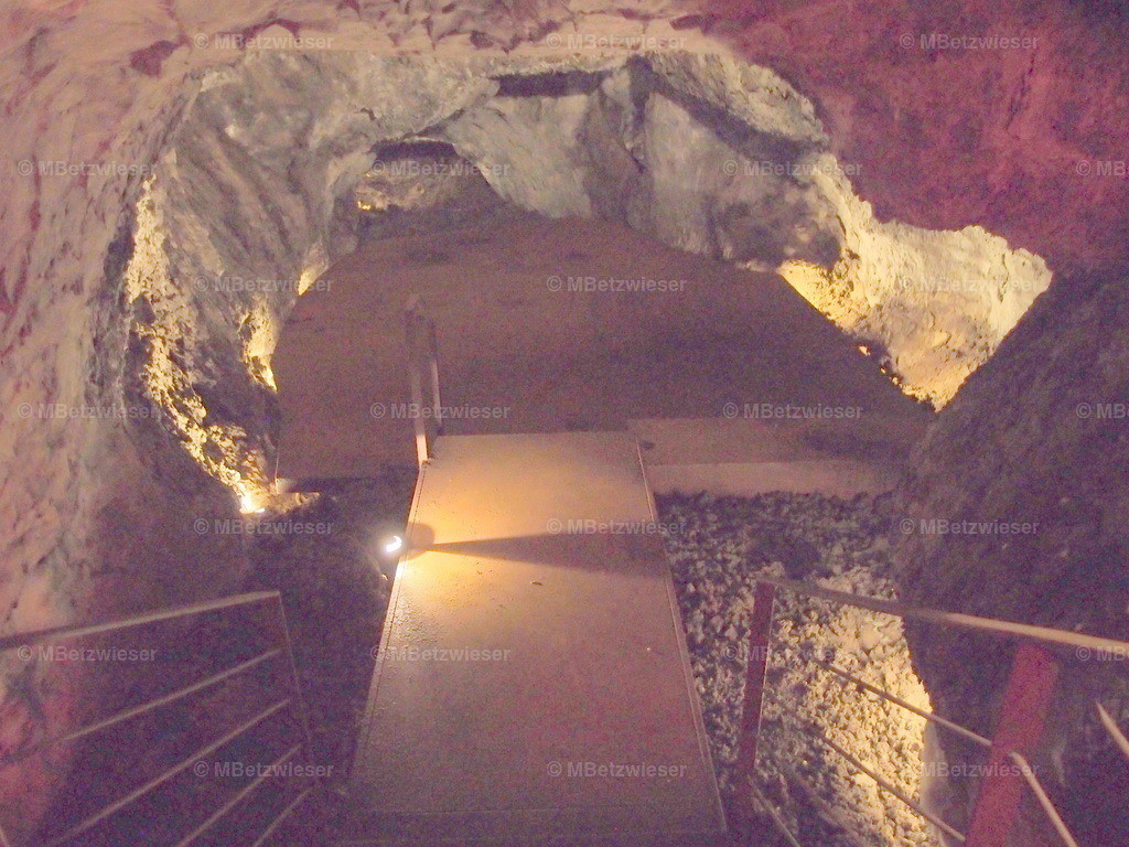 P4155120 | Treppenabgang in die Höhle