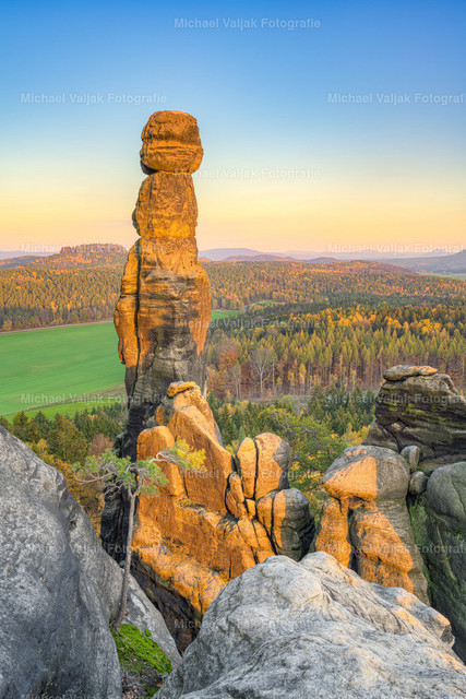 Barbarine in der Abendsonne | Die Barbarine wird von der untergehenden Sonne in ein warmes Licht getaucht. Die Felsnadel ist 42,7 m hoch und befindet sich am östlichen Ende des Pfaffensteins. Sie ist einer der markantesten Felsen und Wahrzeichen der Region.