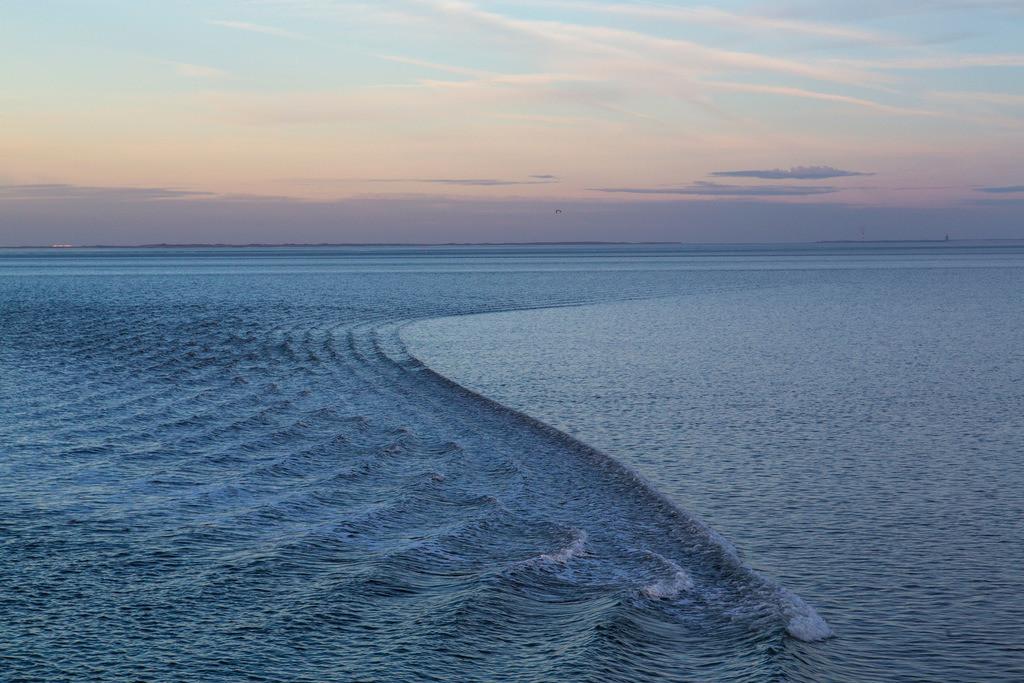 JT-150108-047   Wattenmeer, Nordseeinsel Spiekeroog, Fährschiff zieht eine leichte Welle über das ruhige Watt, bei Flut