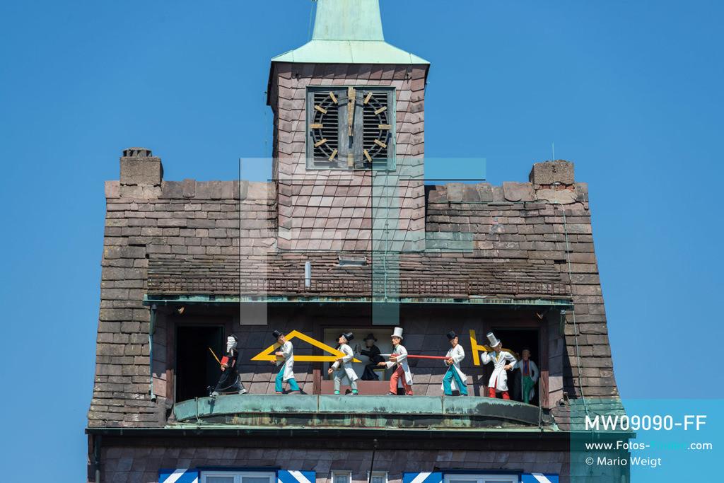 MW09090-FF | Deutschland | Niedersachsen | Holzminden | Reportage: Reise entlang der Weser | Das Reichspräsidentenhaus ist ein Pförtnerhaus, das 1929 erbaut wurde. Im Jahr 1961 schuf der Bildhauer Hasso Korn-Hohenhau das Glockenspiel mit Meisterprozession der Absolventen der Fachhochschule. Die Figuren bewegen sich viermal am Tag, um 9, 15 und 18 Uhr.  ** Feindaten bitte anfragen bei Mario Weigt Photography, info@asia-stories.com **