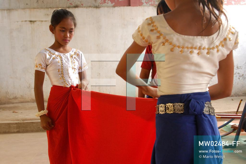 MW02484-FF | Kambodscha | Phnom Penh | Reportage: Apsara-Tanz | Tanzschülerin beim Ankleiden in einer Tanzschule. Sie lernt den Apsara-Tanz. Sechs Jahre dauert es mindestens, bis der klassische Apsara-Tanz perfekt beherrscht wird. Kambodschas wichtigstes Kulturgut ist der Apsara-Tanz. Im 12. Jahrhundert gerieten schon die Gottkönige beim Tanz der Himmelsnymphen ins Schwärmen. In zahlreichen Steinreliefs wurden die Apsara-Tänzerinnen in der Tempelanlage Angkor Wat verewigt.   ** Feindaten bitte anfragen bei Mario Weigt Photography, info@asia-stories.com **