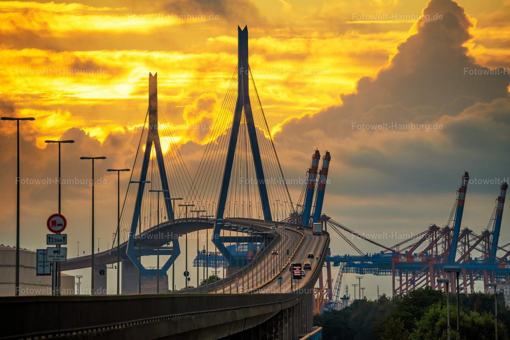 10210605 - Blick entlang der Köhlbrandbrücke   Blick auf die Köhlbrandbrücke, das Wahrzeichen des Hamburger Hafens.