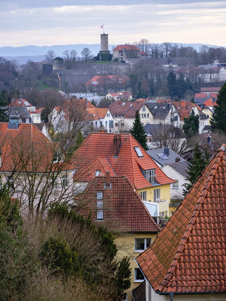 Sparrenburg und Stadtteil Gadderbaum | Sparrenburg mit dem Stadtteil Gadderbaum im Vordergrund (Bielefeld).