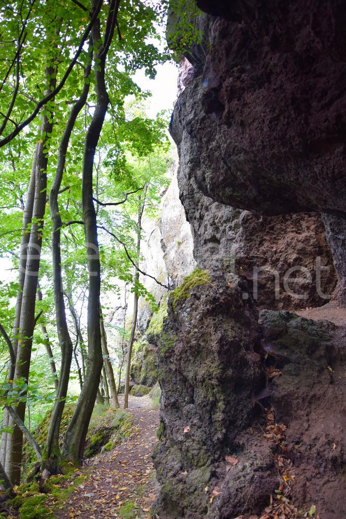 Wanderweg an den Steinzeithöhlen Bad Bertrich | beeindruckende Felsformationen am Fuße der Falkenlay, Bad Bertrich, Ortsteil Kennfus in der Vulkaneifel