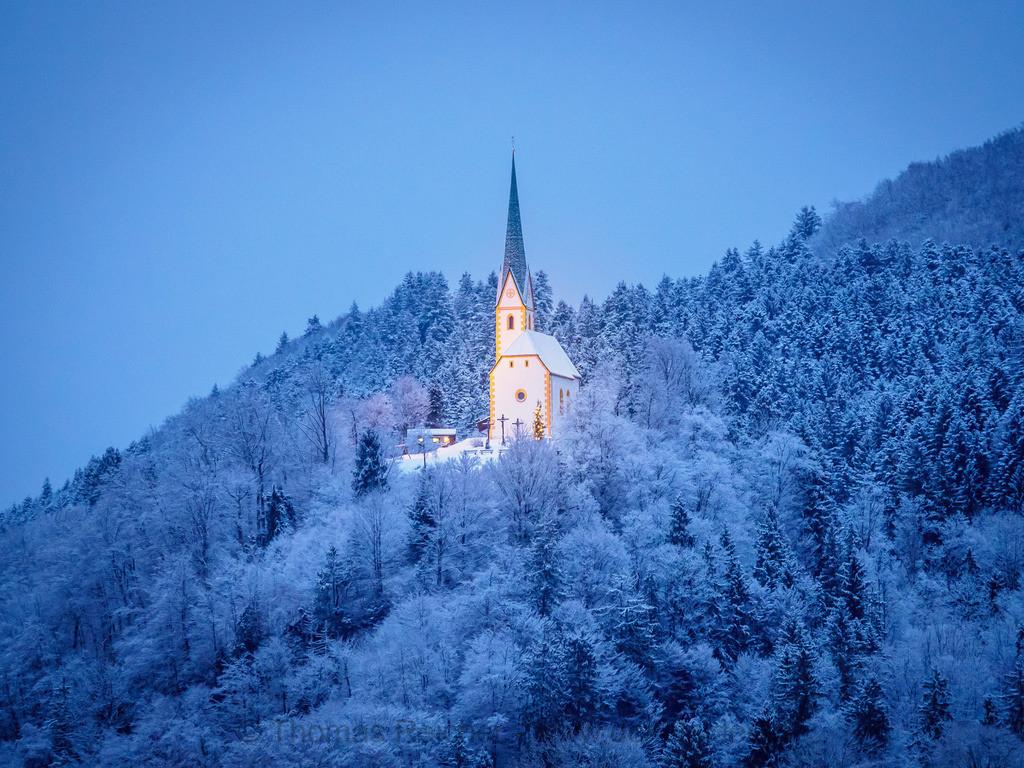 St. Nikolaus Kirche im Winter | Heimelige abendliche Beleuchtung der St. Nikolaus Kirche bei Schnee