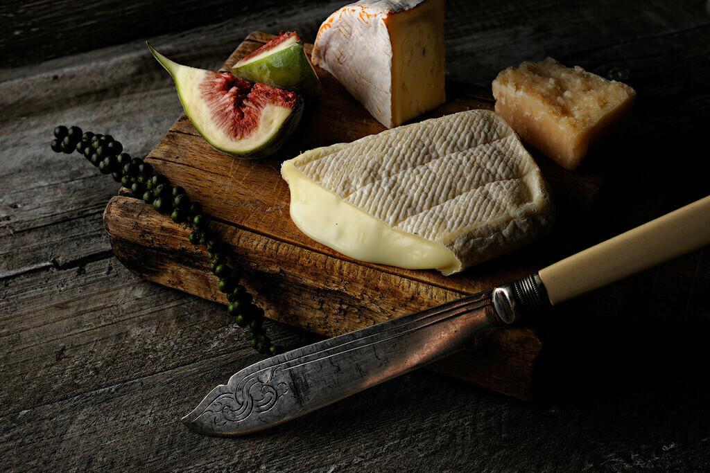 Käsebrett mit Messer | Foodfoto mit Käse und altem Messer