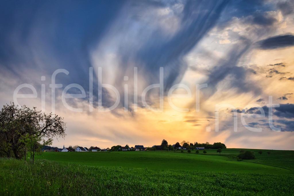 Abendstimmung in der Eifel | Sonnenuntergang mit interessanter Wolkenformation, fotografiert bei Bettenfeld in der Eifel (Vulkaneifel)