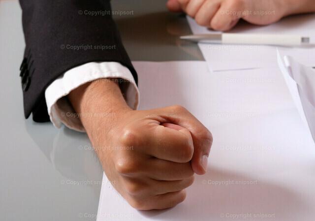 Chef haut auf den Tisch | Konzept eines unzufriedenen Vorgesetzten, wenn er auf den Tisch haut.