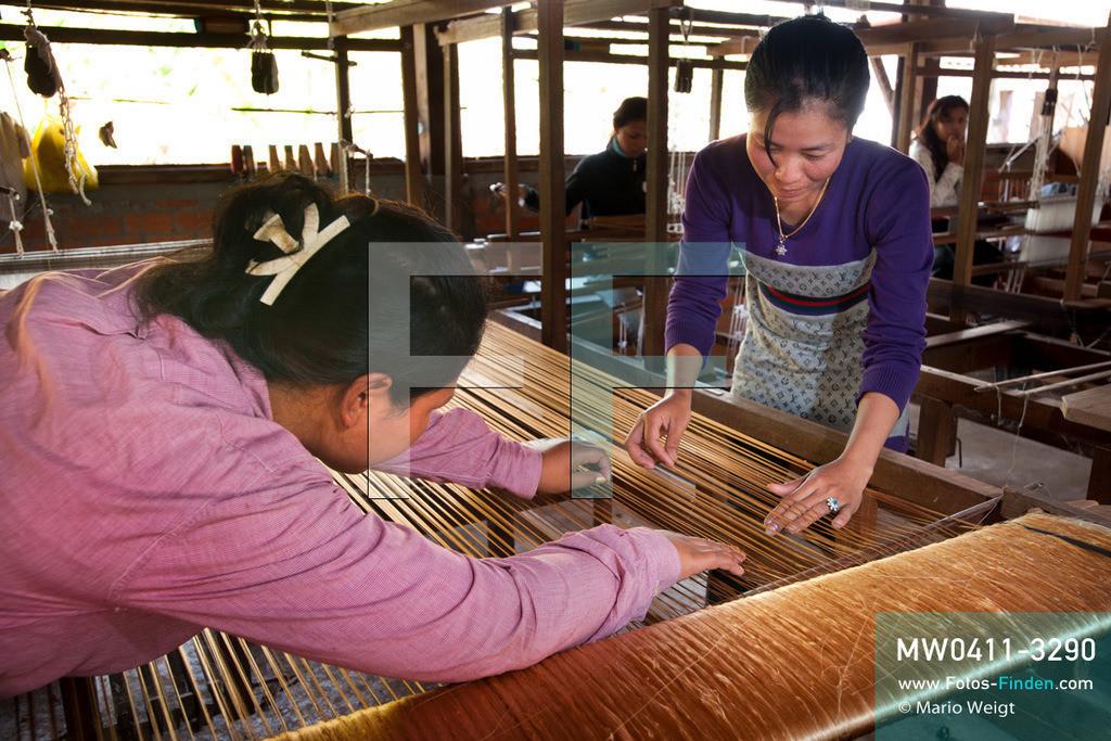 MW0411-3290 | Kambodscha | Stung Treng | Reportage: Seidenherstellung | Weberinnen kontrollieren die Seidenfäden (Kettfäden) an einem Holzwebstuhl. Die Seidenweberei ist eine uralte traditionelle Handwerkskunst.   ** Feindaten bitte anfragen bei Mario Weigt Photography, info@asia-stories.com **