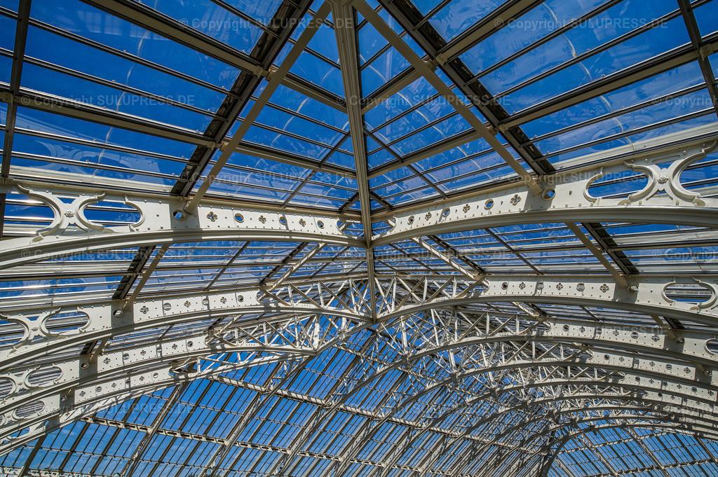 Temperate House - Royal Botanic Gardens Kew Gardens in London | 15.05.2018, die Royal Botanic Gardens, Kew (Kew Gardens) sind eine ausgedehnte Parkanlage mit bedeutenden Gewächshäusern. Sie liegen zwischen Richmond upon Thames und Kew im Südwesten Londons und zählen zu den ältesten botanischen Gärten der Welt. Innenansicht mit Details der Stahlträgerkonstruktion vom Temperate House (Haus der gemäßigten Klimazonen), mit 4880 m² etwa doppelt so groß wie das Palm House und damit das größte der Gewächshäuser in Kew, entstanden nach Plänen des englischen Architekten Decimus Burton (1859–63), erbaut vom Eisengießer Richard Turner.