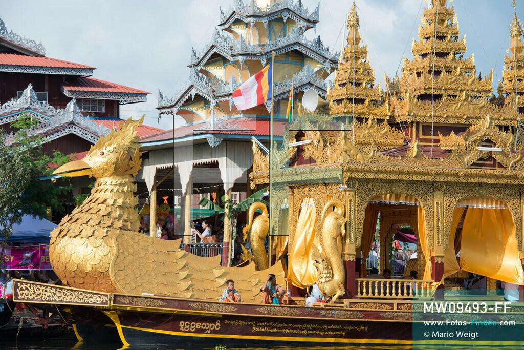 MW09493-FF   Myanmar   Nyaung Shwe   Reportage: Phaung Daw U Fest   Während der großen Bootsprozession transportiert die königliche Barke Shwe Hintha in Form eines Karaweik-Vogels vier goldene Buddha-Statuen von Dorf zu Dorf auf dem Inle-See.  ** Feindaten bitte anfragen bei Mario Weigt Photography, info@asia-stories.com **