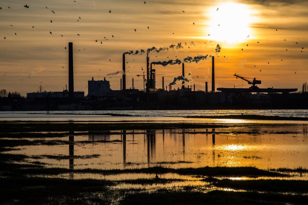 JT-130211-503 | Industrieanlagen der Sachtleben Chemie Gmbh, in Duisburg-Homberg. Hersteller von Spezialchemie, Schwerpunkt ist die Herstellung weißer Pigmente und Füllstoffe. Am Rhein gelegen. Duisburg, NRW  Deutschland, Europa.