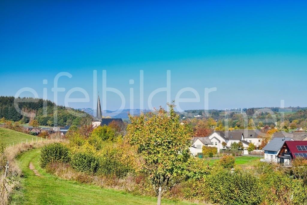 Strohn im Herbst | Blick auf das Eifeldorf Strohn  (Vulkaneifel)