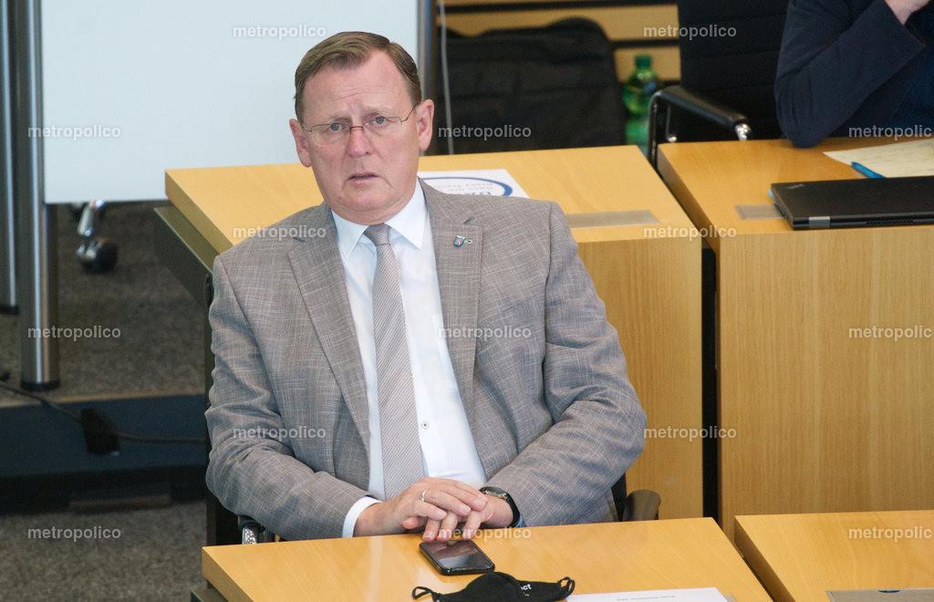 Bodo Ramelow blickt gequält im Landtag während er bei der Fraktion der Linken sitzt (4)
