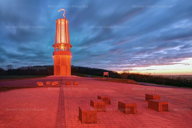 Das Geleucht in Moers am Abend | Auf der Halde Rheinpreußen in Moers befindet sich eine der schönsten Landmarken des Ruhrgebiets: Die begehbare Grubenlampe