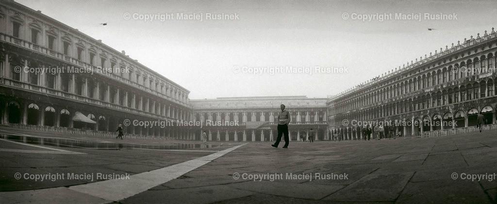 Venedig_18 | Venedig Marcus Platz, Piazza San Marco,  Panorama Aufnahme auf konventionellen Dia Film Material von Fuji Velvia Prof im Jahr 1992, mit Mittelformat Kamera 4,5x6 cm, hochauflösend gescannt, schwarzweiß Fotografie,