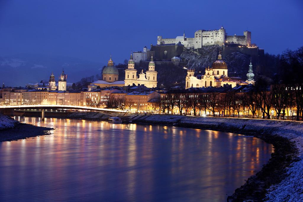 JT-091215-031   Altstadt mit Kollegienkirche, Dom und der Festung Hohensalzburg,Fluss Salzach, am Abend, Winter. Salzburg, Österreich, Europa.