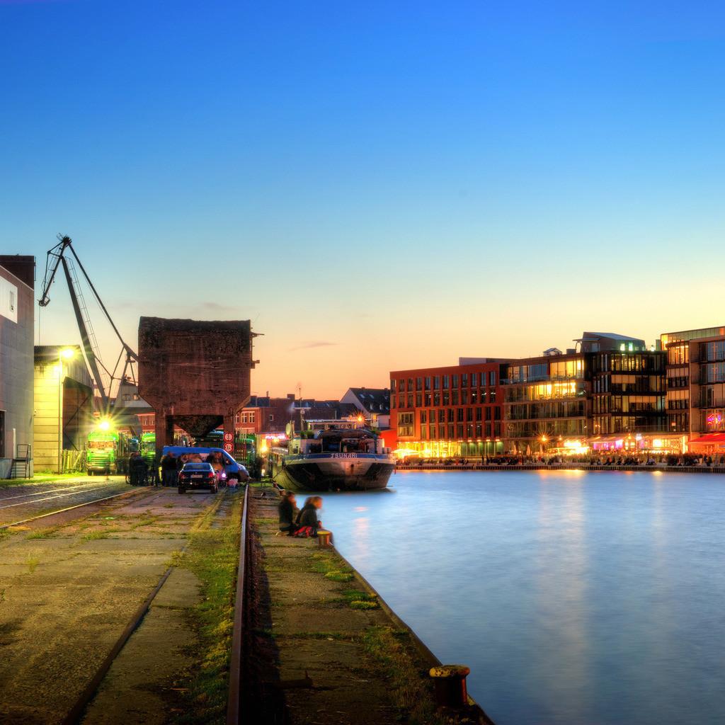 Münster alter Hafen mit Ladekran während des Hafenfests im Sommer | Dämmerungsfoto in der blauen Stunde vom alten Hafen in Münster mit Ladekran und Hafenfest auf dem Kreativkai - Münster im Quadrat 1x1