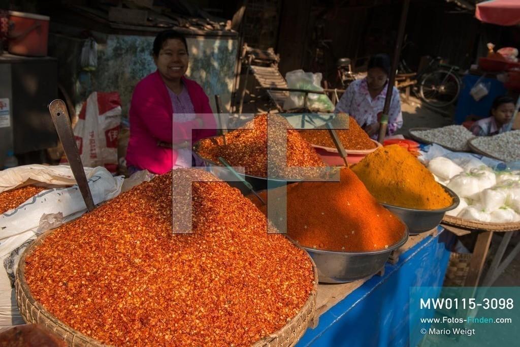 MW0115-3098 | Myanmar | Sagaing-Region | Reportage: Manche mögen's scharf | Verkauf von getrockneten Chiliflocken, Chili- und Currypulver auf dem Markt in Monywa. Chili wird als Gewürz, ob als ganze Schote, Flocken oder Pulver, in vielen Küchen verwendet.   ** Feindaten bitte anfragen bei Mario Weigt Photography, info@asia-stories.com **