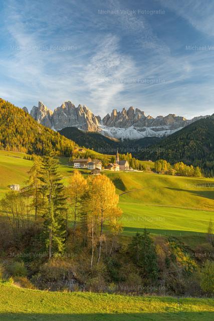 Abendsonne in St. Magdalena im Villnösstal | Die späte Nachmittagssonne taucht die malerische Landschaft im Villnösstal in ein warmes Licht. Im Hintergrund sind die Geislerspitzen zu sehen, die zu den bekanntesten Bergen der Dolomiten zählen.