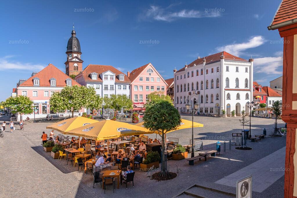 180729_1630-4354-A | Der Marktplatz von Waren (Müritz) im Sommer.   ⠀⠀⠀⠀⠀⠀⠀⠀⠀ Zu sehen ist der Außenbereich von den Mecklenburger Backstuben, das Rathaus und die Marienkirche. ⠀⠀⠀⠀⠀⠀⠀⠀⠀ --Dateigröße 5700 x 3800 Pixel--