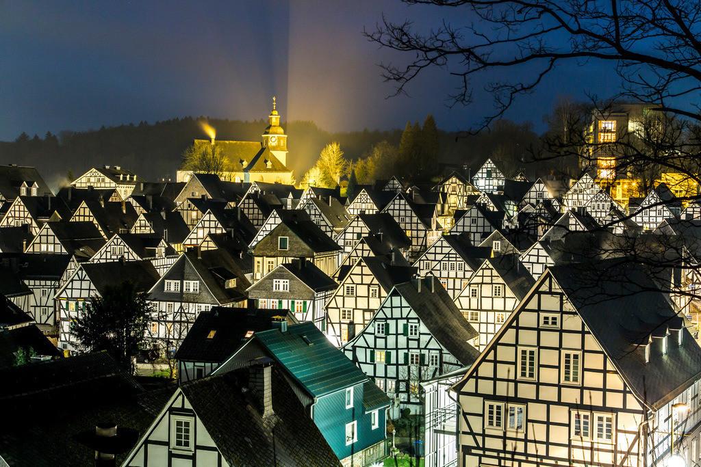 JT-160225-316   Historische Altstadt von Freudenberg, Alter Flecken, Siegerland, Kreis Siegen-Wittgenstein, Fachwerkhaus Kulisse, evangelische Kirche,