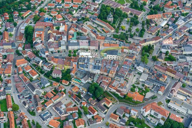 luftbild-traunstein-stadt-maxplatz-bruno-kapeller-01 | Luftaufnahme vom Stadtplatz in Traunstein, historische Altstadt, Sommer 2019.