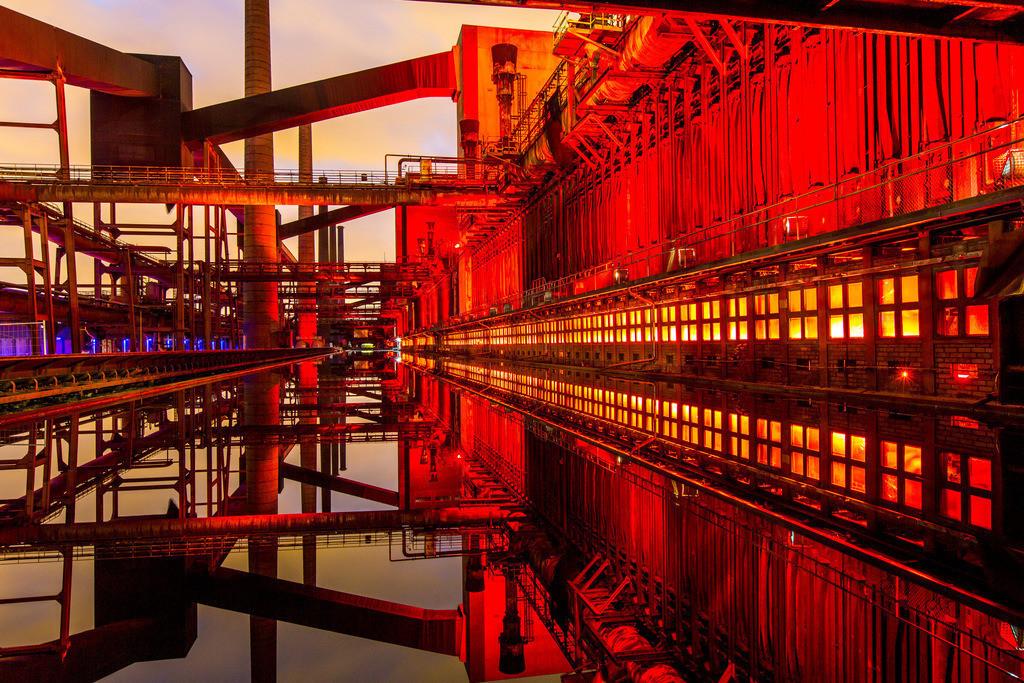 JT-160224-005 | Kokerei Zollverein, Welterbe Zeche Zollverein, beleuchtet Kokerei, Spiegelung im dem mit Wasser gefüllten Druckmaschinengleis, Essen, Deutschland,