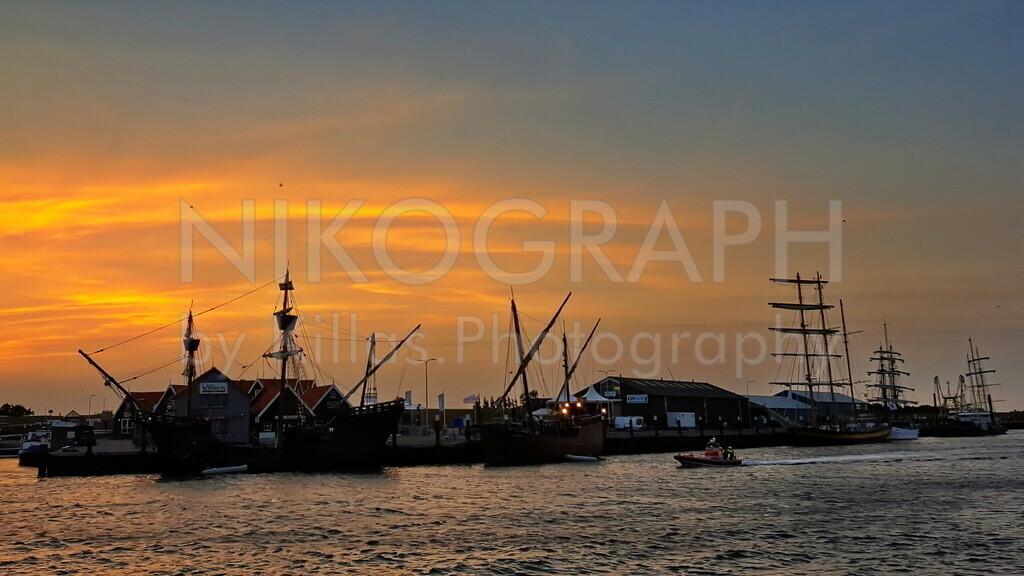 Segelschiffe im Abendlicht | Segelschiffe vor dem malerischen Abendhimmel im Fischereihafen von Oudeschild.