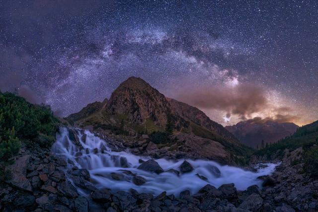 Silberfluss | Die Schönheit der Natur unserer Erde ist nicht nur tagsüber zu beobachten. Nachts tut sich eine völlig neue Welt auf. Mit der richtigen Perspektive verschmelzen Landschaft und Sternenhimmel zu einem großen Gemälde.