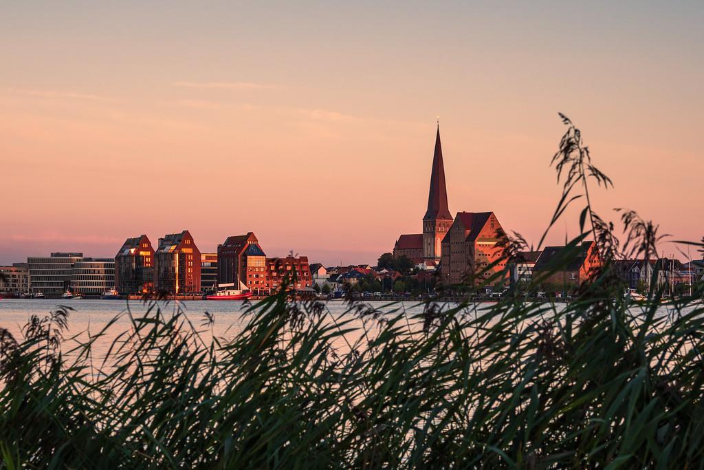 Blick über die Warnow auf die Hansestadt Rostock am Abend   Blick über die Warnow auf die Hansestadt Rostock am Abend.