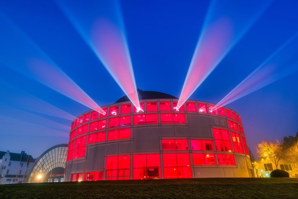 Stadthalle Bielefeld am 1. Januar 2021 (2) | Lightshow an der Stadthalle Bielefeld früh morgens am 1. Januar 2021.