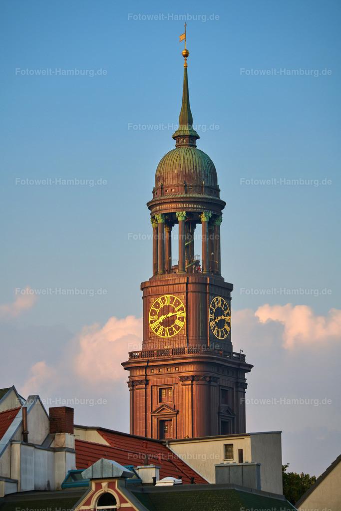 10210706 - Hamburger Michel im Abendlicht | Blick auf den von der Abendsonne angestrahlten Kirchturm des Michel.