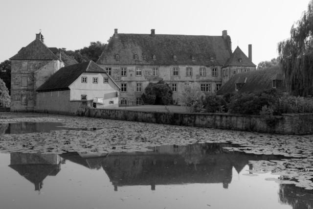 Wasserschloss -Schwarzweiß- | Idyllisches, romantisches Wasserschloss in Schwarzweiß.