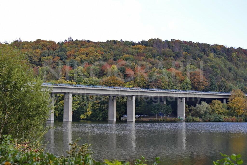 Autobahnbrücke am Seilersee | Die Autobahnbrücke am Seilersee vor der herbstlichen Waldkulisse.