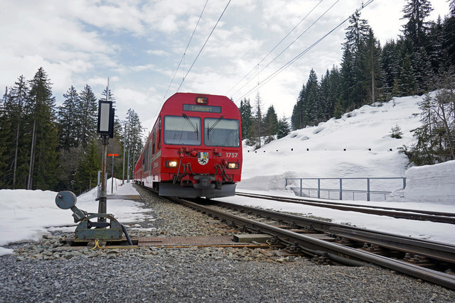 RhB Ge 4/4 II 619   Die Lok schiebt Ihren Regionalzug von Davos in Richtung Klosters.