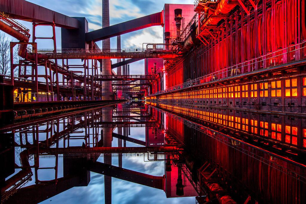 JT-160224-001 | Kokerei Zollverein, Welterbe Zeche Zollverein, beleuchtet Kokerei, Spiegelung im dem mit Wasser gefüllten Druckmaschinengleis, Essen, Deutschland,