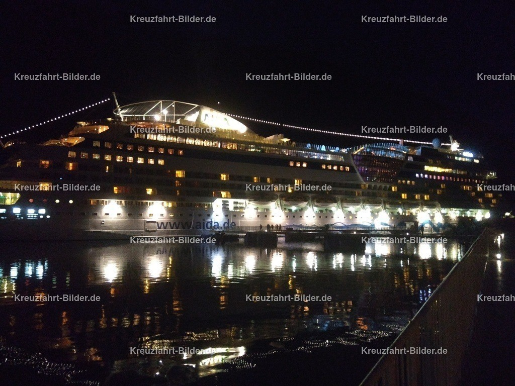 AIDAsol bei Nacht | AIDAsol liegt im Hafen von Geiranger. Das Foto ist bei Nacht und bei voller Beleuchtung des Schiffs entstanden.