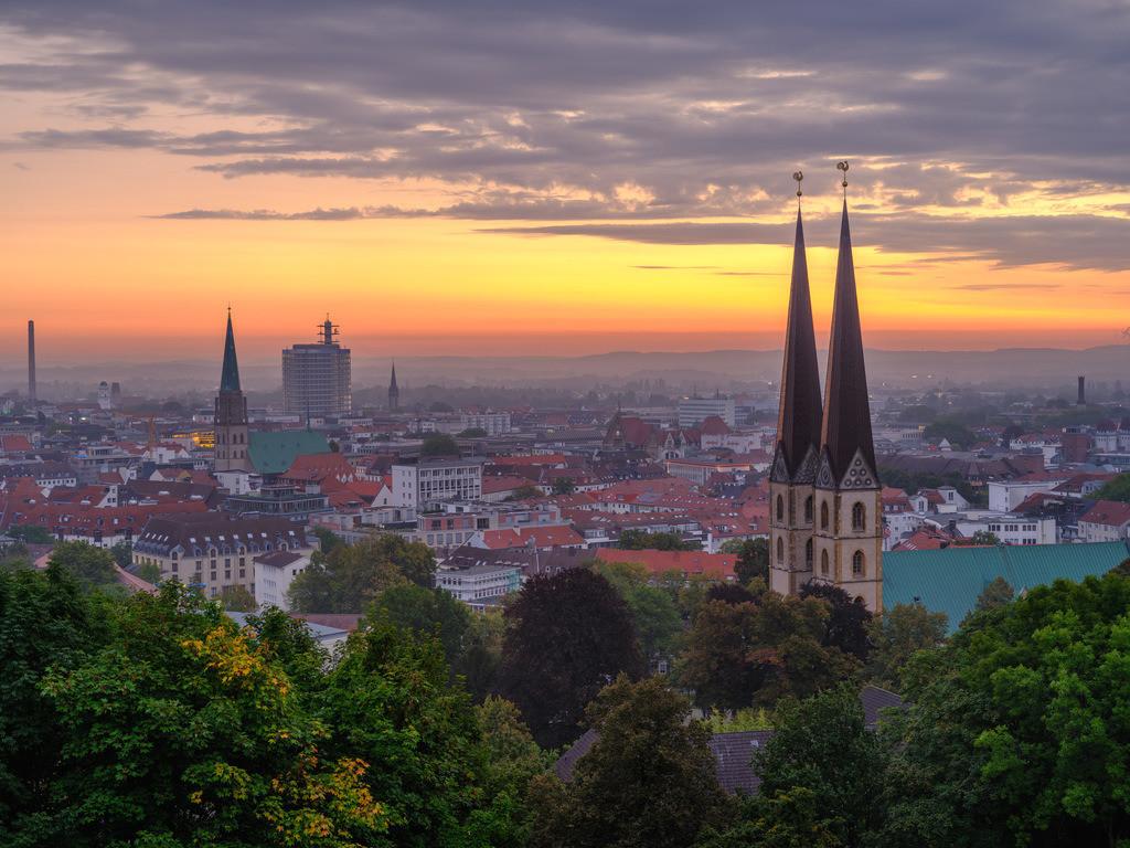 Bielefelder Innenstadt in der Morgendämmerung | Bielefelder Innenstadt von der Sparrenburg aus fotografiert in der Morgendämmerung im September.