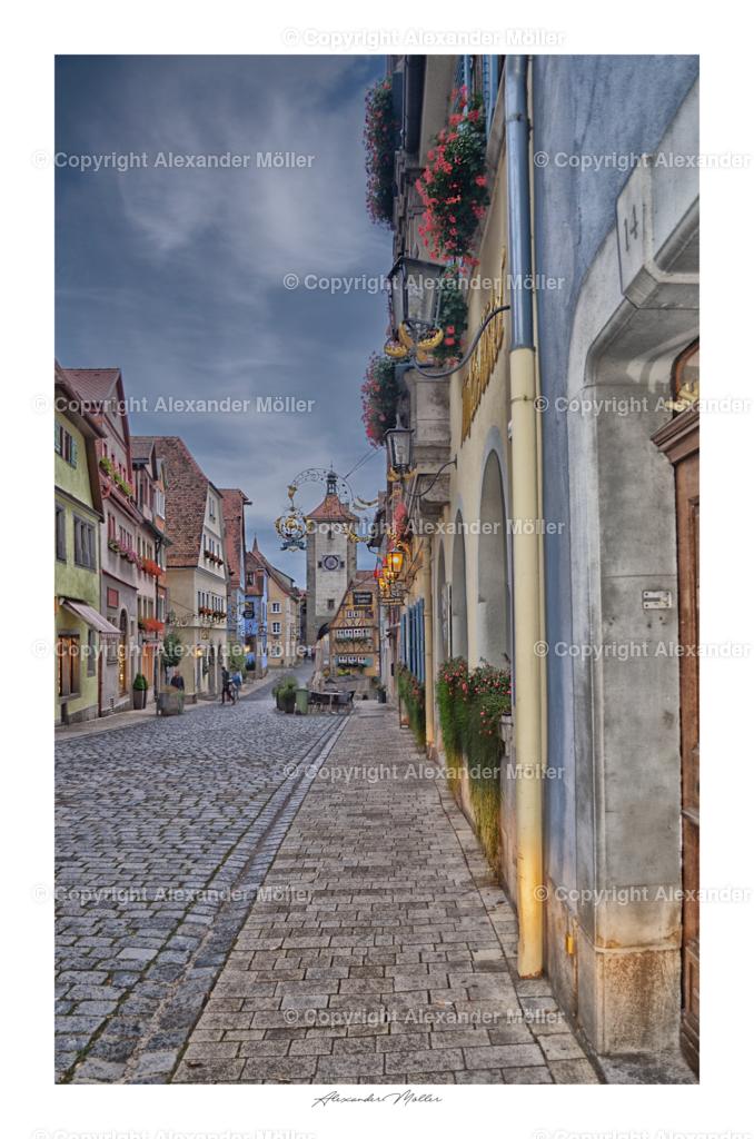 Rothenburg ob der Tauber No.32 | Dieses Werk zeigt die Untere Schiedgasse mit dem Blick auf das weltberühmte Plönlein und dem Siebersturm. Rechts befindet sich das bekannte Hotel Goldener Hirsch.