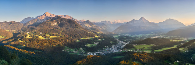 Alpenpanorama zum Sonnenuntergang | Die Kneifelspitze ist ein hervorragender Panoramaberg in den Berchtesgadener Alpen. Er ist einfach zu erklimmen und bietet zwei Aussichtspunkte. Vom ersten überblickt man ein halbes Dutzend Gipfel, unter anderem den Watzmann. Beim zweiten schaut man Richtung Österreich bis nach Salzburg und darüber hinaus.