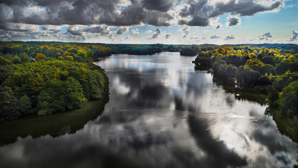 Lütjensee mit Wolken | Der Lütjensee in Stormarn mit spiegelnden Wolken