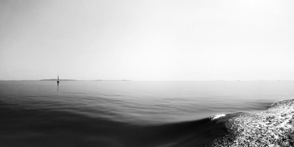 Ruhige See mit Segelschiff B&W | Horizont auf der ruhigen Ostsee bei einer Robbentour