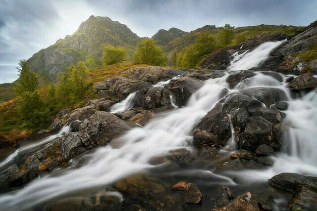 Kaskaden | Dieser einzige mir bekannte Wasserfall auf den Lofoten ist ein Paradies für Fotografen. In unzählige Kaskaden fließt das Wasser die Berghänge hinunter.