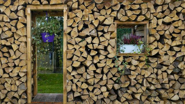 Holzvorrat als Deko | Ein mit Kaminholz-Scheiten ausgelegtes Dekor