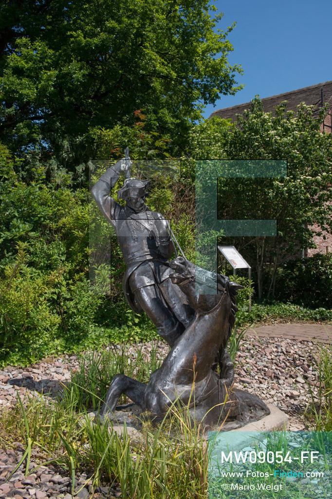 MW09054-FF | Deutschland | Niedersachsen | Bodenwerder | Reportage: Reise entlang der Weser | Das 2008 errichtete Denkmal vom Baron Münchhausen ist ein Kunstwerk des Moskauer Bildhauers A. J. Orlow. In der Kleinstadt ist auch der genannte Lügenbaron allgegenwärtig. Es gibt das Münchhausen-Museum, eine Grotte, einen Brunnen und einige Statuen von ihm.  ** Feindaten bitte anfragen bei Mario Weigt Photography, info@asia-stories.com **