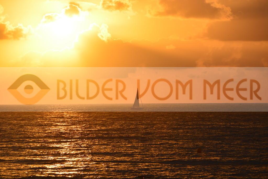 Sonnenaufgang Bilder   Sonnenaufgang Bilder am Meer mit Segelschiff